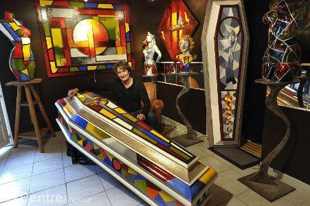 www.lamontagne.fr - A la Une - AIGUEPERSE (63260) - FrançoisLassere révolutionne l'art funéraire en proposant de personnaliser son cercueil: