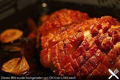 Schweineschulter / Schäufele knusprig mit Beilagen aus dem Römertopf