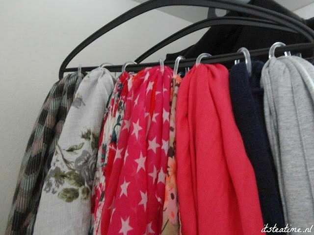 Douchegordijn ringen ophangen aan een kledinghangertje, handig om je sjaals op te hangen!