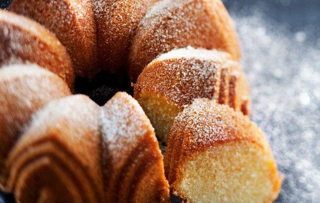 Pumpulinpehmeä kakku maistuu kahvi- ja teepöydässä tai jälkiruoaksi marjasalaatin kanssa.