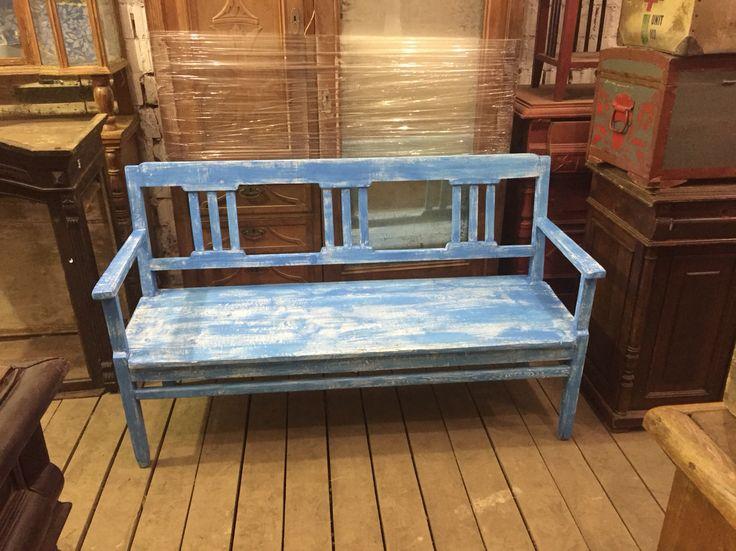 Старинная скамейка в средиземноморском стиле