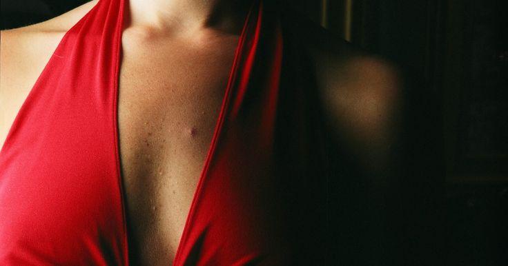 Exercícios para eliminar a flacidez sob as axilas. As mulheres que têm sobrepeso podem desenvolver seios laterais - aquele excesso de tecido adiposo sob a área das axilas nas laterais dos seios. Sem cirurgias plásticas que removam a flacidez das laterais das mamas, livrar-se dela requer uma dieta equilibrada com baixo teor de gordura, atividade aeróbica e exercícios que trabalhem os músculos ...