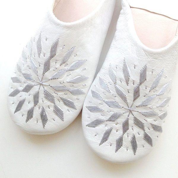 送料164円から【メール便】。モロッコ スリッパ バブーシュ 刺繍 ホワイト シルバー 室内履き スリッパ ルームシューズ 靴 かわいい 可愛い おしゃれ 女性 手作り モロッコ雑貨 母の日 ギフト プレゼント