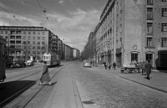 Mannerheimintie Humalistonkadun kulmasta pohjoiseen vuonna 1950. (Kuva Hgin kaupunginmuseo, Eino Heinonen)