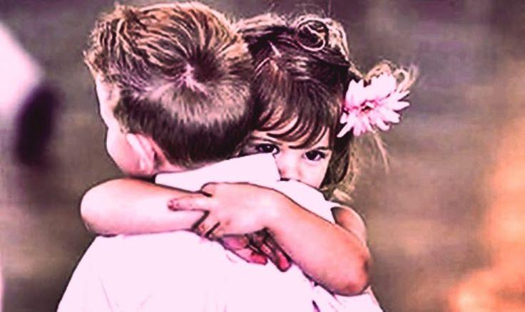 Ele não sabe muita coisa da vida, mas o que ele sabe é que um abraço é a melhor coisa que ele pode ter.