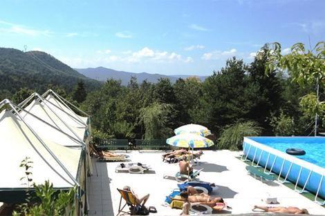 Naturistencamping Costalunga ligt op de grens van het Beigua Natural Park tussen de Bloemen Riviera in het zuiden en de bergen van Langhe en Monferrato in het noorden...