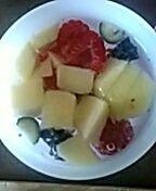 6frambozen ,6 bosbessen, 6 druiven en kwart appel en opvullen met water !