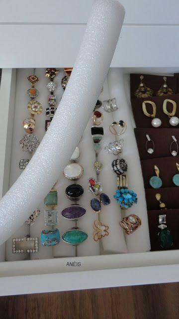 Essa semana organizei as bijouterias de uma cliente maravilhosa e que ama brincos, anéis e pulseiras.Ela teve a ideia de cortar quadradinhos de E.V.A para organizar os brincos. Eu tive a ideia de fazer uma cama com espuma cilíndrica para guardar os anéis.Minha cliente mandou fazer um criado só para guardar as bijoux e ficou…