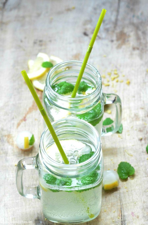 Selbstgemachte Limonade - Eine prickelnde Erfrischung mit Zitrone und Zitronenmelisse von den [Foodistas]