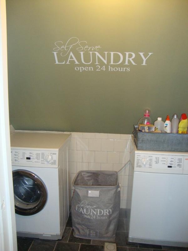 Ook wassen doen we bij saense sjans in een gezellig hokje hi hi mooie groene tint op de muur met grote plaktekst en je doet zingend je wasgoed. Zinkenbakken voor wasmiddelen en leuke waszak van riviera Maison.