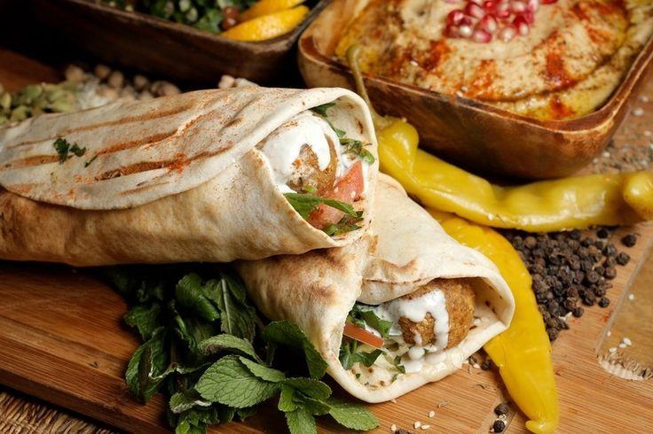 Фалафель в лаваше   Проще говоря – вегетарианская шаурма. А фалафель, если кто не знает, – это котлета из турецкого гороха (нута), свежей зелени, лука и чеснока. Идеально сочетается со свежими овощами и хрустящей булочкой.  Ингредиенты:  Нут Помидоры Огурцы Перец чили – 1 шт. Пекинская капуста Томатный соус «табаско» Свежая мята Тортилья (тонкая мексиканская лепёшка)  Как готовить:  Бобовые перетрите в пасту или пюре, чтобы получилось что‑то вроде фарша, смешайте со специями и пряностями…