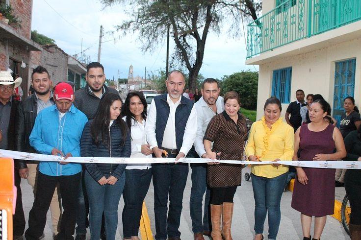 El titular de la SCOP de Michoacán, José Juan Domínguez, y el presidente municipal de Huandacareo, Humberto González, inauguraron la calle Niños Héroes, en la tenencia de Capacho, ejecutada con ...