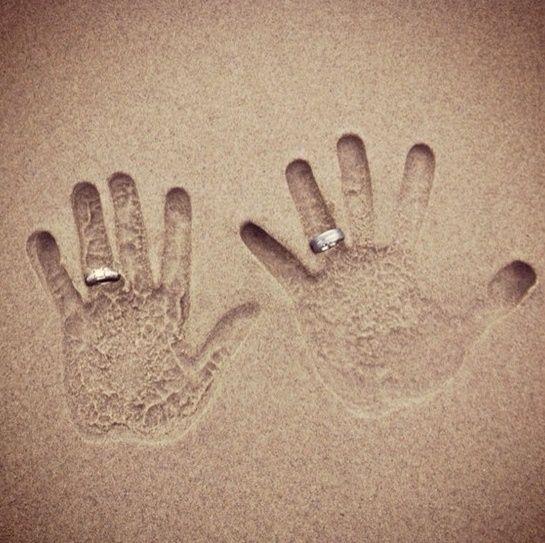 Net getrouwd! Handafdrukken met ringen in het zand gedrukt. #huwelijk #inspiratie http://weddite.com/
