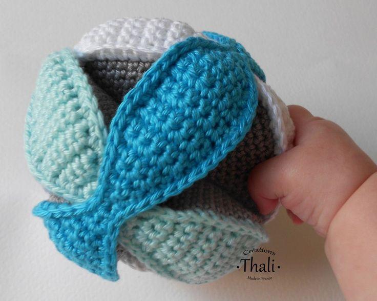La célèbre balle puzzle de Montessori revisité au crochet pour la joie des bébés.