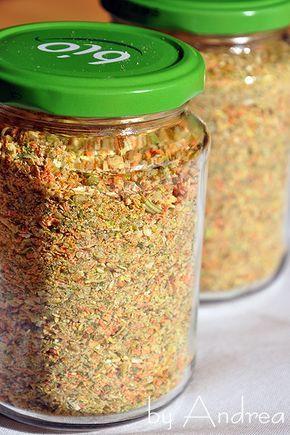 Heute habe ich mal wieder ein Rezept für euch. Selbstgemachte Gemüsebrühe 500g Knollensellerie, 500g Lauch, 500g Möhren und 750g Zwiebeln fein reiben. 1 Bund Petersilie und Liebstöckel grob schneid…