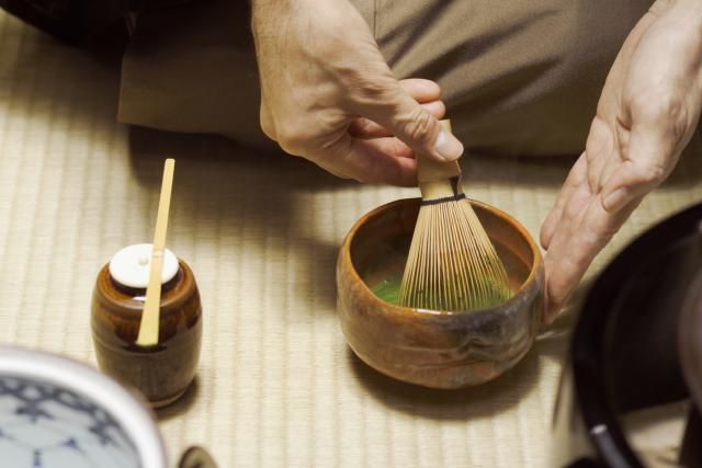 Chado: Zen and the Tea Ceremony: A tea master stirs tea with a whisk.