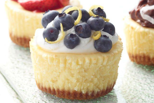 Los mini cheesecakes encantarán a todas tus amistadas a la hora del cafecito gracias al sabor tan particular que le otorgan las moras azules (blueberries).