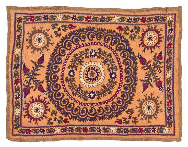 SOUZANI EN SEDA BORDADO, UZBEKISTÁN  REFERENCIA:  5325-4  Tela de seda proveniente de Asia Central. Tejida a mano, se caracteriza por presentar vivos colores. Es utilizada para decorar el interior de las casas a modo de tapiz, alfombra, mantel o colcha.    Medidas: 165 x 127 cm.