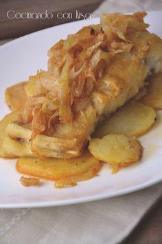 Bacalao a la Portuguesa Las patatas y la cebolla se pochan en el microondas 10 minutos cada vez. Con el aceite restante de freir se pasa un poco la cebolla. Se coloca la patata, la cebolla, y encima el bacalao.