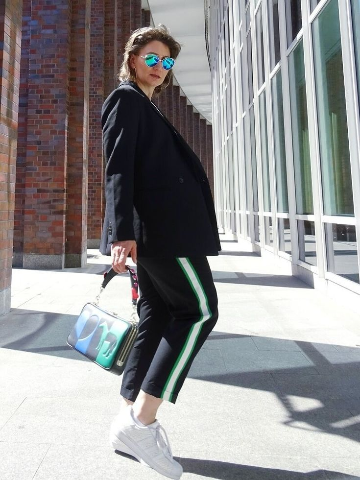 Jogginghose im Alltag – cool gestylt mit Jogging Pants, Blauer und Sneakers. Tasche Aigner Lara #Aignerlove Streetstyle
