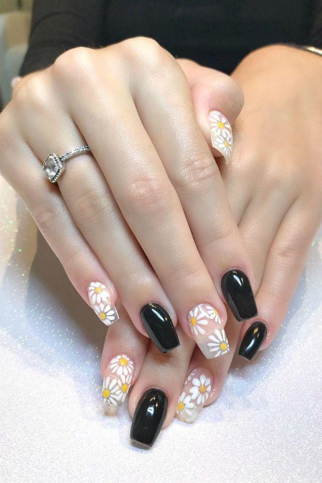 ترغبين في رسومات أظافر غير تقليدية جربي أشكال الورد على أظافرك Nails Nail Trends Nail Tips