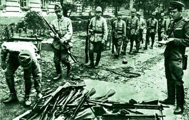 8 августа 1945 года Советский Союз объявил войну Японии. Опасность войны СССР с Японией существовала со второй половины 1930-х годов, в 1938 году произошли столкновения на озере Хасан, а в 1939 сра...