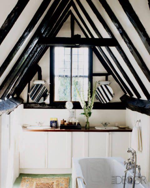 Poutres apparentes dans une salle de bain sous les combles d'un manoir anglais
