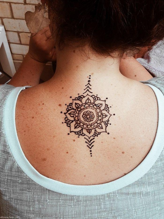 henna muster fr anfnger frau mit kleiner ttowierung mit blumen motiv am rcken - Henna Muster Fur Anfanger