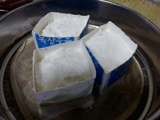 매끼니를 밥만 먹고 사는게 아니라 그런지 ..  쌀에 바구미가 ..×0×  이런게 끼면 밥맛도 없어지고 ..  그래서 내린 결론 ......  떡 해먹자...  쌀을 믹서로 곱게 갈아서   우유팩을 잘라 틀을 만들고 거기에 쌀가루 넣고 찜통서 찌면 끝... ( 김 오르고 5분후 틀 제거 )   아주 초간단...  쌀가루 앉칠적에 소금도 좀 넣고   달달하라고 아로니아 청에 알맹이도 좀 넣고   그러고 만들었어요 ㅋㅋㅋ   얼핏보면 건포도 처럼 보이는데 알고보면 아로니아 알맹이죠 ㅎㅎㅎ   입이 심심하니까 이런걸...ㅎㅎㅎㅎ   #광명전통시장 #전통시장 #재래시장 #추천맛집 #광명할머니왕족발 은 #광명소셜상점 #shareNcare #미리내가게 #광명전통시장시세 #광명동굴과 함께 합니다