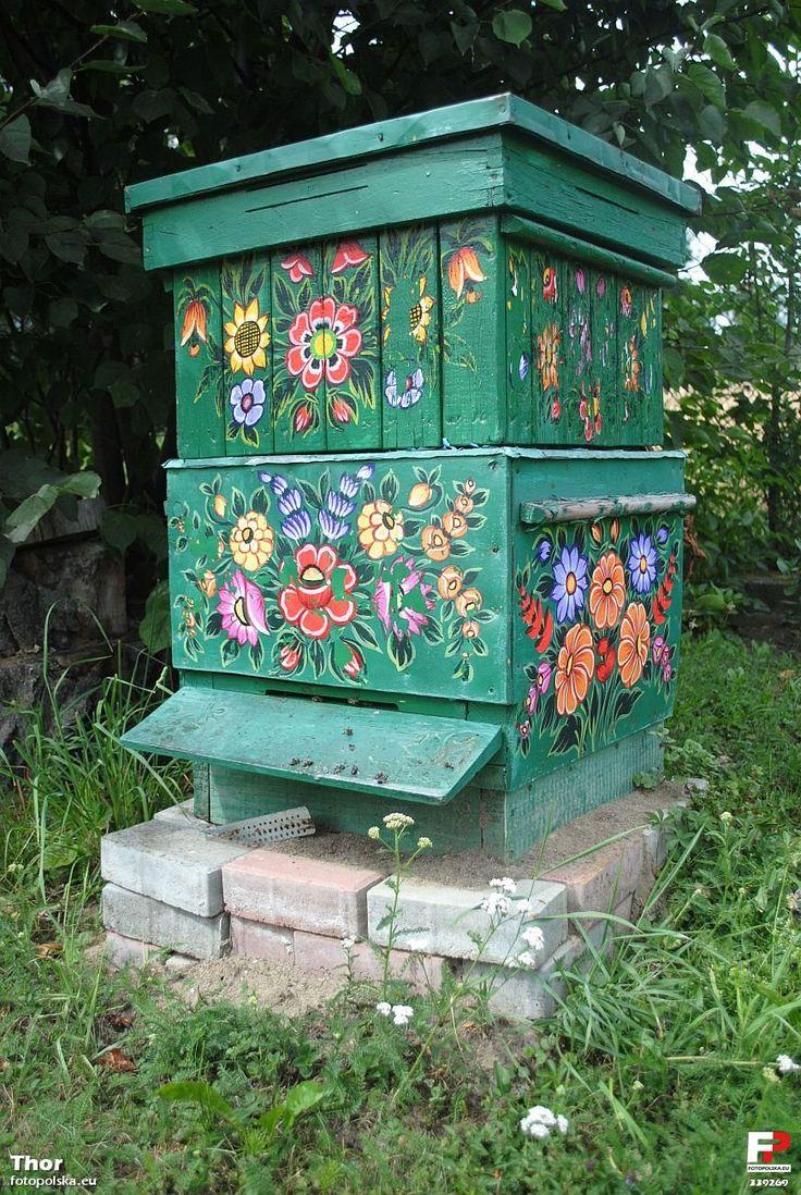 Apiário decorado com pintura floral na Casa Malarek, em Zalipie, a 'vila pintada' localizada na comuna de Gmina Olesno, condado de Dąbrowa, região da Pequena Polônia, na Polônia. A casa foi concluída em 1977 e hoje é um centro de trabalho criativo, que tem o objetivo de disseminar o conhecimento sobre a arte. Fotografia: Thor.