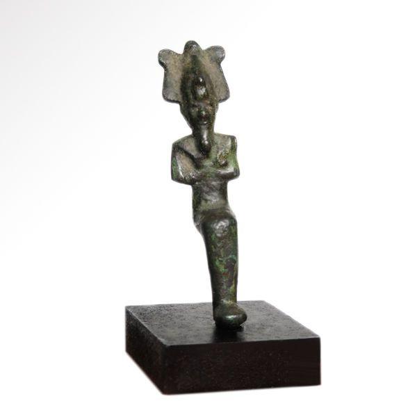 Kleine Egyptische bronzen figuur van een zittende Osiris - 6.8 cm H  Zitten en houden de boef en vlegel het dragen van een gevlochten baard en de atef-kroon met pluimen en Uraeuscobra fijne gezichtsbehandeling details.Lengte: 6.8 cm H - 2 11/16 inchMateriaal: bronsCultuur: Egypte c. 600 v.Chr.Voorwaarde: IntactInclusief staanderHerkomst: Britse collectie verworven in de jaren 1990.De verkoper garandeert dat dit item legaal verkregen is & juridisch geëxporteerde verwante documenten door…