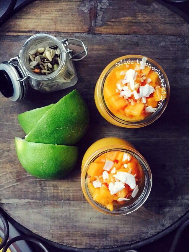 Mango & Kaki & Zielony grejpfrut. 1/2 mango ( bardzo dojrzałe), 1 kaki,1 banan i wyciśnięty sok z 1 zielonego grejpfruta. Do pojemnika blendera przełożyć, mango, banana,1/2 kaki, wlać sok z grejpfruta, następnie zmiksować blenderem na gładką masę. Gotowy koktajl przelać do szklanki. Pozostałe kaki pokroić w kosteczkę i dodać na wierzch koktajlu.