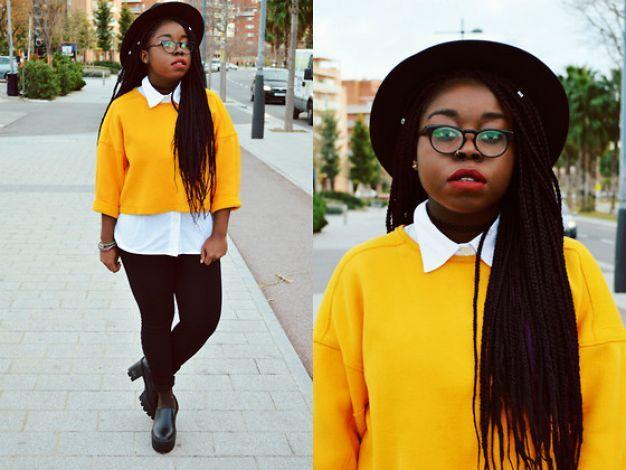 Duo de camisa branca e calça preta com suéter amarelo