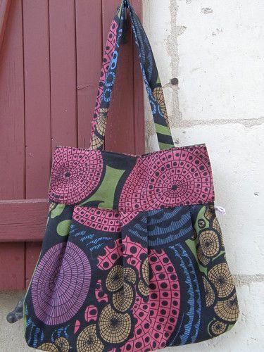 Hello!!!! Je viens vous voir ce matin pour vous montrer un nouveau sac avec le tissu IKEA trouvé en brocante! Même tissu mais pas le même patron!!! Un sac à main grande taille, Toujours des couleurs psychédéliques, plus grand que l'autre Le bandeau s'ouvre...                                                                                                                                                      Plus