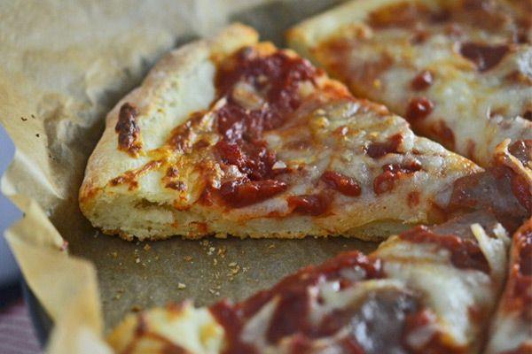 Πίτσα με αφράτη ζύμη χωρίς γλουτένη. Μπορείτε να ετοιμάσετε τη ζύμη και να τη διατηρήσετε στο ψυγείο για 7 ημέρες πριν τη χρησιμοποιήσετε.