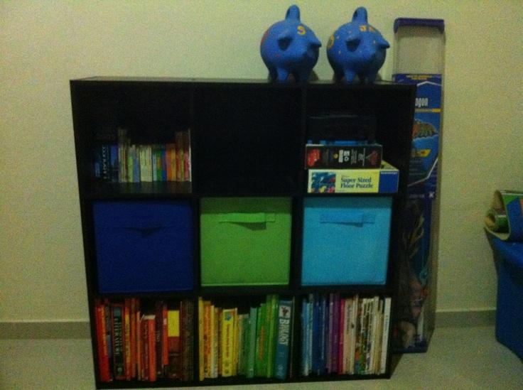 Mueble de Home Depot la use para organizar cuentos y juguetes del cuarto de juegos.