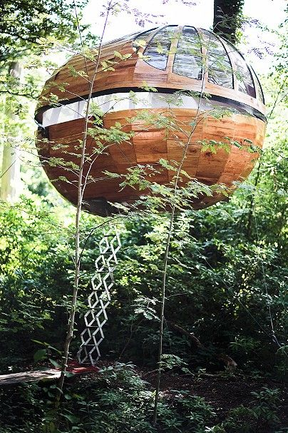 El Ambassador is accessed by a retractable ladder / Treehouse / modern tree house / The Green Life <3