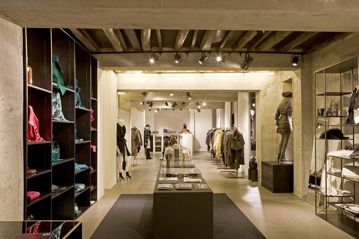 TESSABIT PLINIO  Tessabit Plinio, with its minimal and airy interior, offers womenswear that ranges from the first lines of some of fashion's most famous names to the more vanguard creations of its avant-garde designers. These include Gucci, Balmain, Lanvin, Stella McCartney, Fendi, Roberto Cavalli, Dolce, Comme des Garcons, J. Watanabe, Y's and Brian Dales. Via Plinio 7 - Como - Phone +39 031 304348