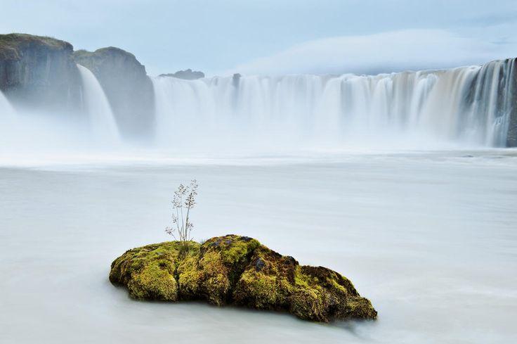 En Islande, un torrent glaciaire se déverse sur une saillie haute d'une douzaine de mètres, à Goðafoss, « la chute d'eau des dieux ». - National Geographic France