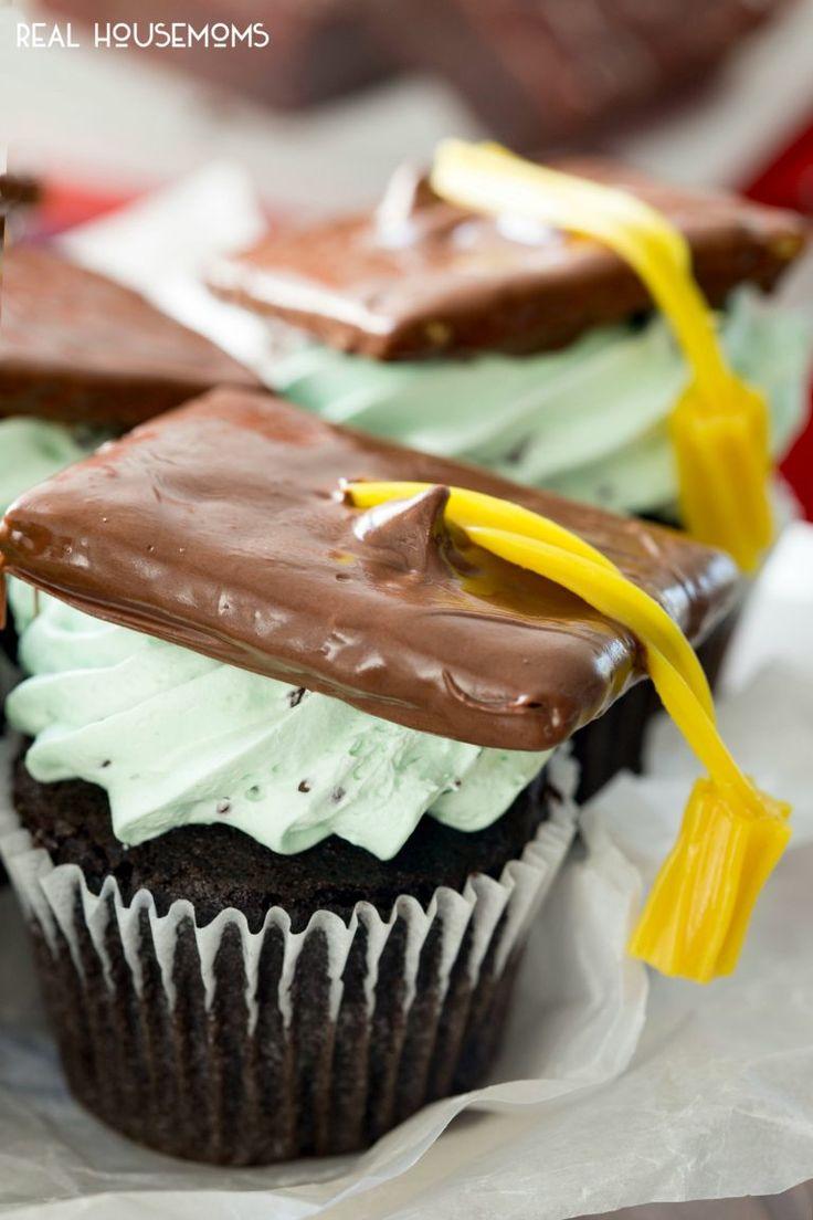 """Chokolade cupcakes, pisket mynte chokolade chip flødeost frosting, og en graduering cap og kvast!  Disse Graduation Cupcakes eller skal vi sige """"loft"""" -cakes er perfekte til forestående Graduation parter!"""