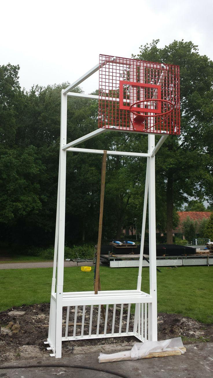 Start van de bouw. De 1e in Nederland met deze speciaal ontwikkelde combinatie. http://www.skwshop.nl/voetbal/pannaveld-basketbalcombi