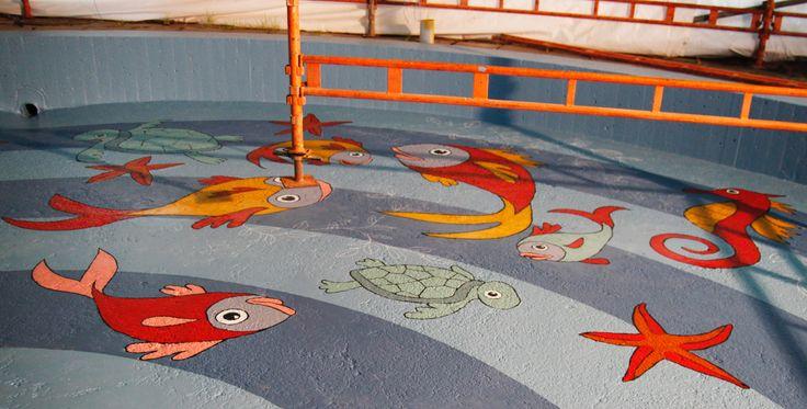 Pelle Hermannin kahluualtaassa Porissa seikkailevat merenelävät.  Pelle Hermannin puiston lasten kahluuallas on kunnostettu ja se on saanut uuden pirteämmän ilmeen.