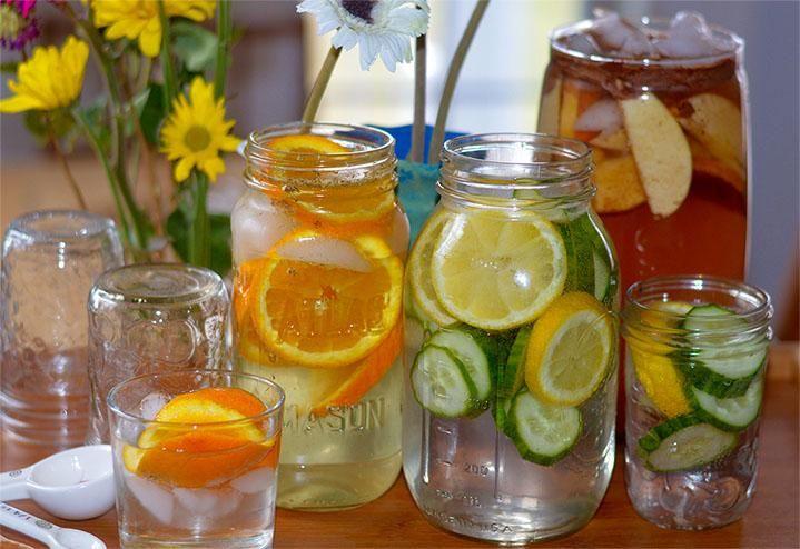 4 pots masson remplis d'eaux vitaminées maison, au citron, concombres, orange