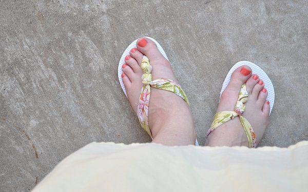 DIY Flip Flop http://www.lovediy.it/2014/04/30/diy-flip-flop/ Per l'#estate in arrivo, personalizzate le vostre #infradito! Scegliete una #stoffa colorata e fantasiosa e ritagliate dalla stessa quattro strisce; procuratevi un paio di vecchie #ciabatte...