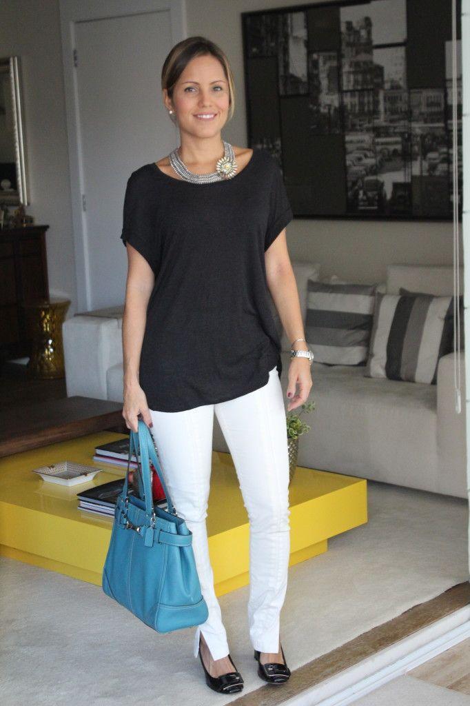 Look do dia trabalho pérolas chris castro casual calça branca blusa preta bolsa azul 2