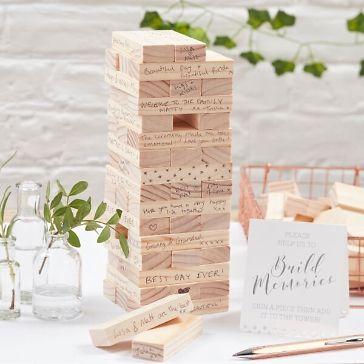 """Dieser """"Glückwunschturm"""" ist eine außergewöhnliche und originelle Alternative zum klassischen Gästealbum bei der Hochzeit! Die Gäste können ihre Glückwünsche für das Brautpaar auf 72 kleine Holzblöcke schreiben und sie dann zu einem Turm stapeln. So können Erinnerungen an den großen Tag auf einzigartige Weise bewahrt werden!"""