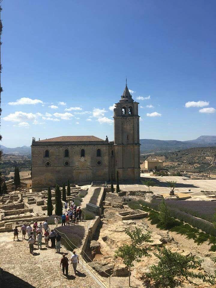 Tener una de las ciudades medievales amuralladas mejor conservadas en el corazón de Andalucía es todo un lujo. Al menos lo piensan los más de 40000 visitantes del año pasado. Es una visita obligada. #AlcalálaReal #FortalezadelaMota #tuhistoriaenverano