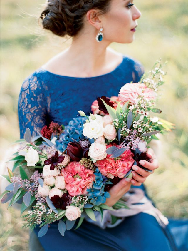 Blue wedding dress with lace sleeves and a multicolored bridal bouquet | Ksenia Milushkina
