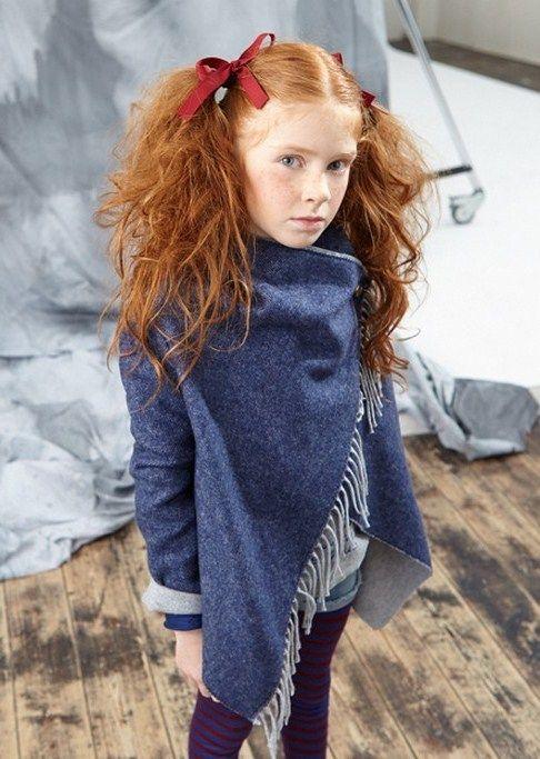 MANTELLA LÚ LÚ,    Mantella per bambine e ragazze della Lù Lù di colore blu, manica lunga, collo dritto, chiusura tramite un bottone dorato, frangie. http://www.abbigliamento-bambini.eu/compra/mantella-lu-lu-2796998