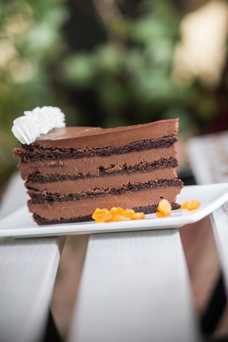 Narancsos trüffel torta  Személyes nagy kedvencem, ez a könnyed lisztnélküli piskóta lapokból és narancsos trüffelkrémből álló torta. A pikóta lapok, levegőssége, szaftossága találkozik a krémes trüffelkrémmel, csak úgy olvad a szájban. Egy szelet is nagyon kiadós, csokoládékedvelőknek ajánlom!